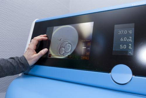 L'embryoscope+ est installé au sein du laboratoire de biologie de la reproduction à la maternité.